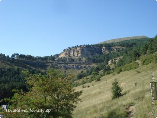 В этот раз мы отправимся в еще одно интересное место в окрестностях г. Кисловодска, на знаменитую гору-кольцо. Вид на город с подступов к этой горе.   фото 3