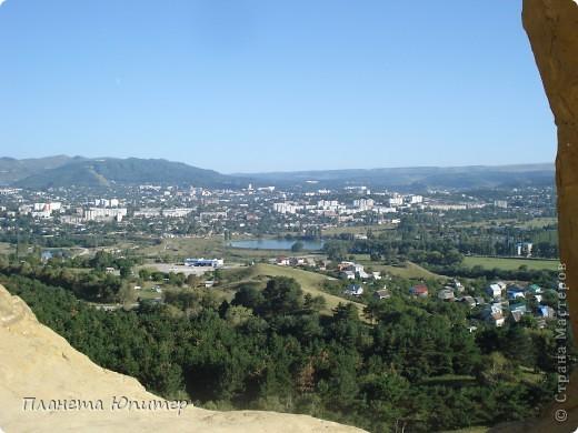 В этот раз мы отправимся в еще одно интересное место в окрестностях г. Кисловодска, на знаменитую гору-кольцо. Вид на город с подступов к этой горе.   фото 10