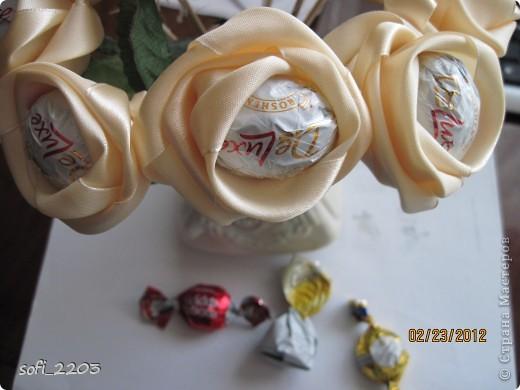 Розы из атласных лент и конфеты мастер класс