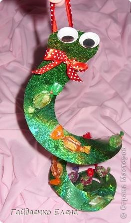 Новогодняя подвеска с конфетками. Использовать можно и в качестве ёлочной игрушки, и для оформления упаковки подарков, и для призов на новогодних утренниках и... (можно продолжать и продолжать список :)))  фото 11