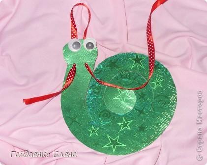 Новогодняя подвеска с конфетками. Использовать можно и в качестве ёлочной игрушки, и для оформления упаковки подарков, и для призов на новогодних утренниках и... (можно продолжать и продолжать список :)))  фото 6