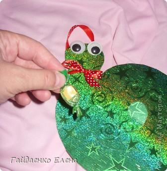 Новогодняя подвеска с конфетками. Использовать можно и в качестве ёлочной игрушки, и для оформления упаковки подарков, и для призов на новогодних утренниках и... (можно продолжать и продолжать список :)))  фото 8
