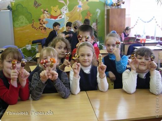 Куклы -пальчики из соленого теста я увидела в книге Галины Чаяновой в 1206 году. Моя фантазия разыгралась.Стала создавать образы, стараясь делать их похожими на конкретных людей. Из 350-400 изготовленных мною кукол ни одна не была похожа на другую. Хотя признаю, что они все болванчики. Познакомьтесь - это мальчики, юноши, молодые дяди. фото 6