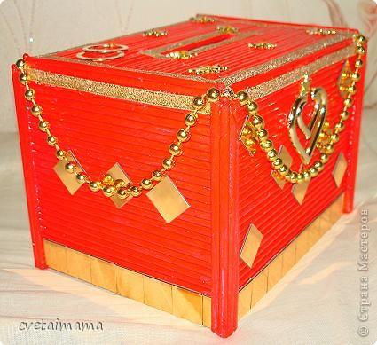 Коробка обклеена трубочками ,скрученные из газет. фото 1