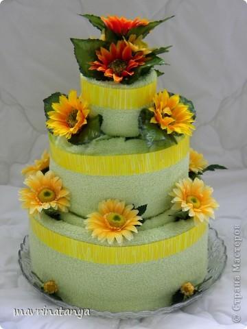 Такой тортик получился подруге на День рождения. Торт трехъярусный состоит из 9 полотенец разных размеров. Для украшения использовались искусственные цветы. фото 1