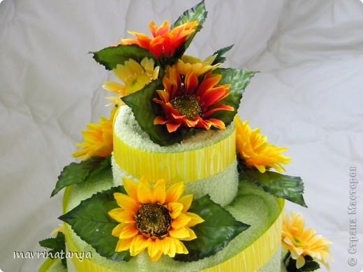 Такой тортик получился подруге на День рождения. Торт трехъярусный состоит из 9 полотенец разных размеров. Для украшения использовались искусственные цветы. фото 2