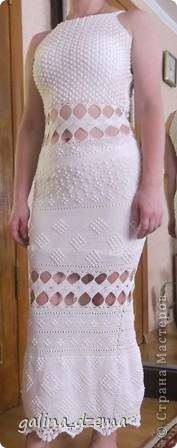 Очень давно хотелось длинное вязаное платье, но все не решалась, понимая что вязаться будет очень долго. Наконец-то созрела. вязала долго - два месяца! Но по-моему получилось! фото 1