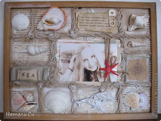 """Привет! Сегодня покажу еще одну работу...делала ее уже очень давно в качестве приглашенного дизайнера в одном из блогов...сделать надо было настенное панно-коллаж. Думала я не долго, руки жгли красивенные ракушки,привезенные племянницей с моря и я порешила сделать коллаж-фоторамку...формат ее(не пугайтесь)А3...а вдохновение-shadow box -только ячейки у меня символически обозначены сплетенным шпагатом...именно делая ее, я первый раз попробовала передавать морское настроение """"не морскими"""" цветами..к сожалению,фотками я не очень довольна, вживую она смотрится намного фактурнее и эффектнее и люблю я эту работу ну просто безумно... фото 1"""