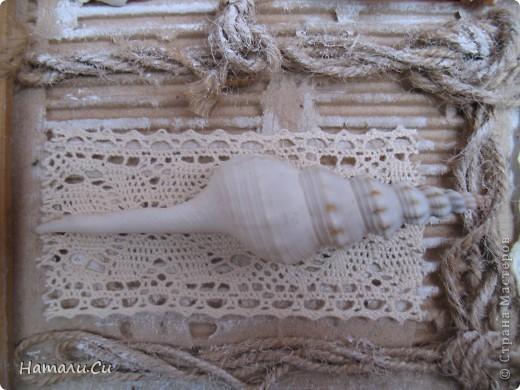 """Привет! Сегодня покажу еще одну работу...делала ее уже очень давно в качестве приглашенного дизайнера в одном из блогов...сделать надо было настенное панно-коллаж. Думала я не долго, руки жгли красивенные ракушки,привезенные племянницей с моря и я порешила сделать коллаж-фоторамку...формат ее(не пугайтесь)А3...а вдохновение-shadow box -только ячейки у меня символически обозначены сплетенным шпагатом...именно делая ее, я первый раз попробовала передавать морское настроение """"не морскими"""" цветами..к сожалению,фотками я не очень довольна, вживую она смотрится намного фактурнее и эффектнее и люблю я эту работу ну просто безумно... фото 8"""