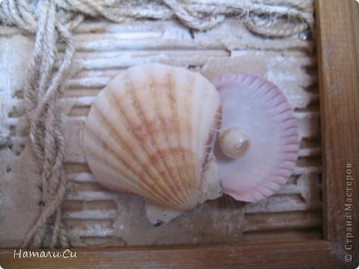 """Привет! Сегодня покажу еще одну работу...делала ее уже очень давно в качестве приглашенного дизайнера в одном из блогов...сделать надо было настенное панно-коллаж. Думала я не долго, руки жгли красивенные ракушки,привезенные племянницей с моря и я порешила сделать коллаж-фоторамку...формат ее(не пугайтесь)А3...а вдохновение-shadow box -только ячейки у меня символически обозначены сплетенным шпагатом...именно делая ее, я первый раз попробовала передавать морское настроение """"не морскими"""" цветами..к сожалению,фотками я не очень довольна, вживую она смотрится намного фактурнее и эффектнее и люблю я эту работу ну просто безумно... фото 9"""