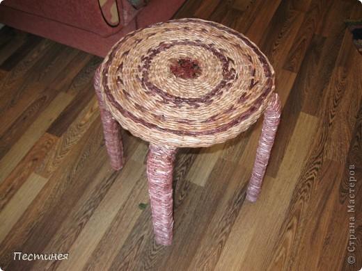табуреточка ( дерево) из Икеа оплетена трубочки из офисной бумаги покрашено морилкой = колер= лак. фото 2