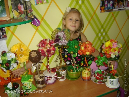 А это моя доченька, с нашими деревцами счастья)))