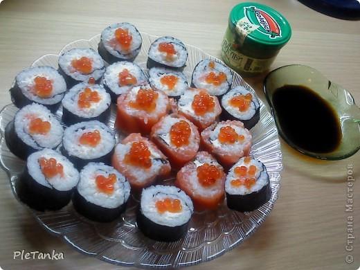 А еще, девочки, я люблю суши)))) Пока умею только такие, впереди еще освоение приготовления темпуры....думаю в ближайшее время и ей буду вас угощать))))