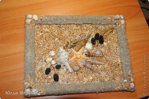 Осталась у меня случайно старая рамка от фото. Достала я морской ракушечный песочек азовского моря, ракушки, веточки и листья, намазала стекло шпаклевкой с ПВА, насыпала песок и ракушки... И всё!!! 15 мин.... Просто так... из того, что завалялось.... фото 2