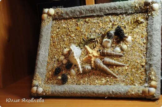 Осталась у меня случайно старая рамка от фото. Достала я морской ракушечный песочек азовского моря, ракушки, веточки и листья, намазала стекло шпаклевкой с ПВА, насыпала песок и ракушки... И всё!!! 15 мин.... Просто так... из того, что завалялось.... фото 3