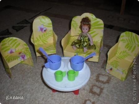 Здравствуйте все, кто посетил мою страничку! Вот,решила попробовать свои силы в изготовлении кукольной мебели для дочиных кукол. Все креслица сделала из картона в два слоя и обклеила упаковочной бумагой. Посмотрев работы мастериц сайта, вдохновилась идеей сделать действительно мягкую мебель и кукольный дом. Так что в свободное время будет чем заняться :) фото 1
