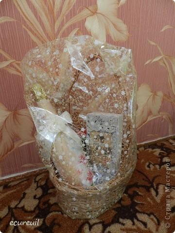 Корзина, украшенная цветами и лентами, с подарочной бутылкой и купюрницей фото 1