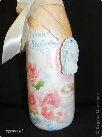Корзина, украшенная цветами и лентами, с подарочной бутылкой и купюрницей фото 5