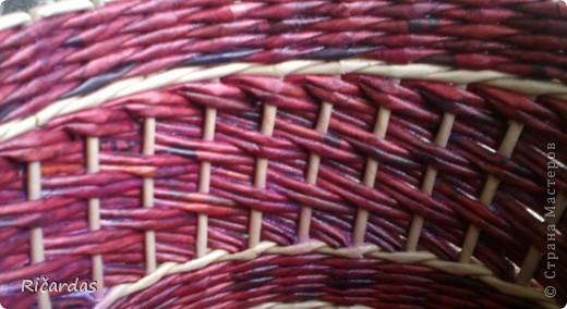 Привет жителям Страны!!! Попросили меня наплести корзинок... Хочу показать несколько вариантов послойного плетения. Меняя цвет и количество рабочих трубочек, можно достичь довольно интересных результатов... Трубочки все остатки, как и чем красил точно и сам не помню-тут и краска для ткани, и колер, и пищевые красители... фото 15