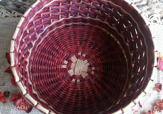 Привет жителям Страны!!! Попросили меня наплести корзинок... Хочу показать несколько вариантов послойного плетения. Меняя цвет и количество рабочих трубочек, можно достичь довольно интересных результатов... Трубочки все остатки, как и чем красил точно и сам не помню-тут и краска для ткани, и колер, и пищевые красители... фото 16