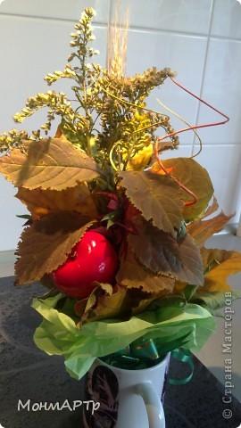 Неожиданно позвонила учительница и сказала, что необходимо сделать Осенний букет. Весь вечер с сыном собирали листья. К ним добавили детский набор фруктов))) И вот что получилось. Жаль, что не успели засушить листья и цветы, чтоб простояли долго фото 1
