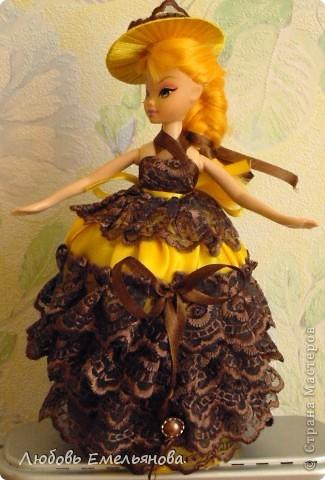 Вот, соорудила для дочки. Уж очень она охала от восторга, глядя на  такие шкатулки- куклы.  Нашлась кукла со сломанной  ножкой и остатки кружева и ткань от  шитья. фото 1