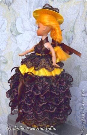 Вот, соорудила для дочки. Уж очень она охала от восторга, глядя на  такие шкатулки- куклы.  Нашлась кукла со сломанной  ножкой и остатки кружева и ткань от  шитья. фото 2