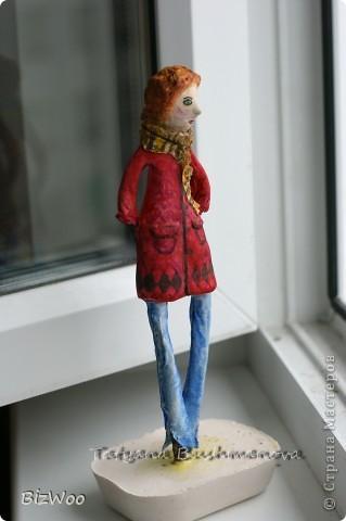 Родилась у меня за пару дней эта кукла. Глаза меня что-то не устраивают, наверное переделаю. Как всегда любимая масса папье-маше на каркасе. Роспись акварель. Высота не большая сантиметров двадцать будет. Рыжая бестия ))) Всё как положено - длинные ноги. пальто новомодное и джинсы. фото 5