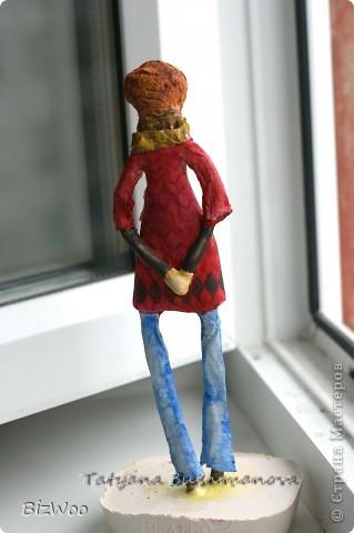 Родилась у меня за пару дней эта кукла. Глаза меня что-то не устраивают, наверное переделаю. Как всегда любимая масса папье-маше на каркасе. Роспись акварель. Высота не большая сантиметров двадцать будет. Рыжая бестия ))) Всё как положено - длинные ноги. пальто новомодное и джинсы. фото 7