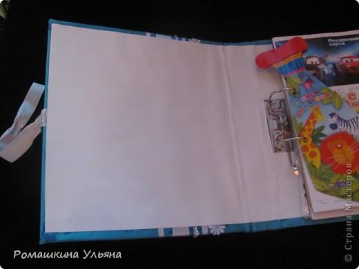 Привет всем!!!! Это моя первая работа, в этом Сборнике я собрала все,что связано с нашим малышом-это первые фото УЗИ, поздравительные открытки, браслетики и бирки из роддома, этикетки от подгузников и пюре....я их просто наклеивала на картон и украшала. Обложка мягкая, не знаю может я не первая так делаю, но я решила под ткань приклеить подложку (ту, которая идет под ламинат). Моим родным очень понравилось, хотелось тоже здесь показать, не судите строго фото 3