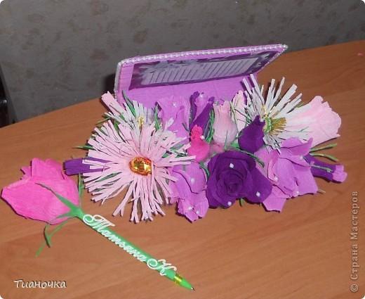 доброго времени суток! сегодня, хоть и с опозданием, поздравляю работников ДОУ! а этот подарок - для самого любимого и родного воспитателя! для моей мамочки. цвета и цветы подобраны мной так в связи с предпочтениями мамульки. ручка-цветок - изобретение моей сестры. ко дню учителя буду оформлять серию таких ручек, так что выложу работы попозже. фото 2