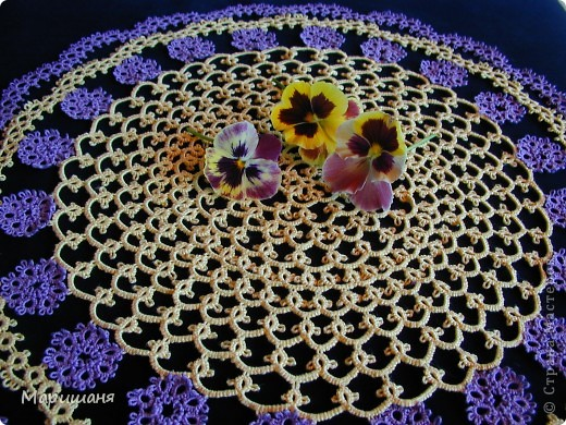 Добрый день всем! сегодня я хочу показать несколько своих работ по фриволите - это цветочные сафлетки.  салфетка Фиалки (или анютины глазки :-), кому как нравится ).  фото 1