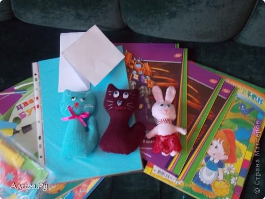 Мы очень давно хотели сходить к ребятам в детский приют. И вот нас пригласили сегодня в три часа дня. Это подарки которые мы подарили ребятам. В подготовке подарков мне и бабуле помогла Анна Никитина. Она прислала для ребят цветную бумагу и картон.Мы немного надыроколили для будущих открыточек. Сшили игрушки, но получилось их мало. В следующий раз нашьём побольше и подарим им. фото 1