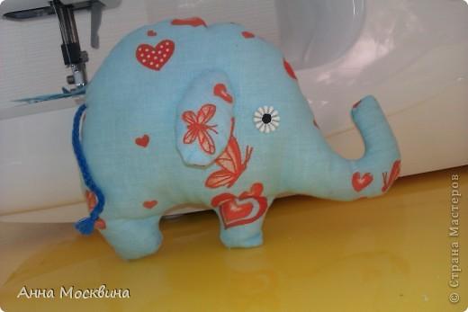 Наш слоник, сшила его пару дней назад, дочура его облюбовала и теперь с ним не растает, даже в ванную с ним жаждит залесть)) фото 1