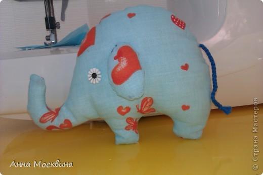 Наш слоник, сшила его пару дней назад, дочура его облюбовала и теперь с ним не растает, даже в ванную с ним жаждит залесть)) фото 2