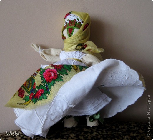 Кукла- мотанка Подружка. Ее я  изготовила по принципу славянской куклы на счастье. Только роста она побольше -18 см. Обычно куклы на счастье делают 5-6 см ростом.  Эта куколка для моей подруги на день рожденья. Она давно хотела иметь мою мотанку.  фото 2