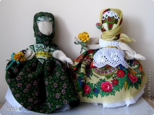 Кукла- мотанка Подружка. Ее я  изготовила по принципу славянской куклы на счастье. Только роста она побольше -18 см. Обычно куклы на счастье делают 5-6 см ростом.  Эта куколка для моей подруги на день рожденья. Она давно хотела иметь мою мотанку.  фото 5