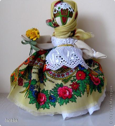 Кукла- мотанка Подружка. Ее я  изготовила по принципу славянской куклы на счастье. Только роста она побольше -18 см. Обычно куклы на счастье делают 5-6 см ростом.  Эта куколка для моей подруги на день рожденья. Она давно хотела иметь мою мотанку.  фото 1