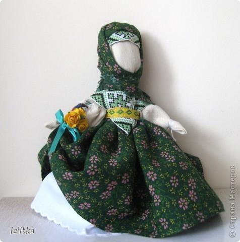 Кукла- мотанка Подружка. Ее я  изготовила по принципу славянской куклы на счастье. Только роста она побольше -18 см. Обычно куклы на счастье делают 5-6 см ростом.  Эта куколка для моей подруги на день рожденья. Она давно хотела иметь мою мотанку.  фото 3