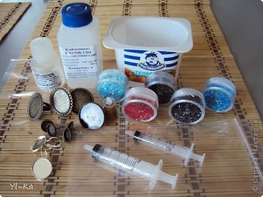 Добрый день всем, кого заинтересовала тема работы с эпоксидкой))) На фото ниже материалы, которые нам необходимы (еще некоторые материалы будут всплывать по ходу работы, очень много нужно разных мелочей): - пластиковая емкость, в которой будем наводить эпоксидку (это может быть одноразовый пластиковый стаканчик) - эпоксидная смола. Я работаю с Клей-компаундом марки ПЭО-510КЭ-20/0 (может быть КЛЕЙ-КОМПАУНД 10КФ или КЛЕЙ-КОМПАУНД 610КЭ) у них есть некоторые различия, но не значительные); - два медицинских шприца; - фурнитура для заливки; - декоративные штучки: глиттеры, блестки, слюда (приобрела в магазине для нейл-арта); - полимерная глина черного цвета (нет на фото); - картинки для изготовления серег (будут в ходе мастер-класса); - клей ПВА... фото 1