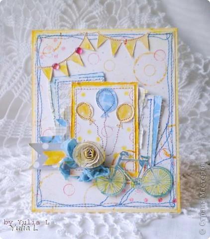 """Всем огромнейший привет! Рабочие будни, к сожалению, вносят коррективы в мои хотения и желания по части скрапа, но пытаюсь выкраивать время и хоть что-то делать.  Сегодня хочу показать вам две новые работы по одной палитре с обязательным элементом """"воздушные шары"""". Палитра-то одна,  а открытки совсем разные получились...  Первая открытка для детского дня рождения: акварельная бумага с льняной текстурой, скрап-бумага в минимальном количестве, акриловые полубусины, спиральная роза, мятая лента, штампы """"горохи"""", """"текст"""" и """"велосипед"""", много машинной строчки. Фоновые круги сделаны акриловой краской крышечками от фломастера и клея. фото 1"""