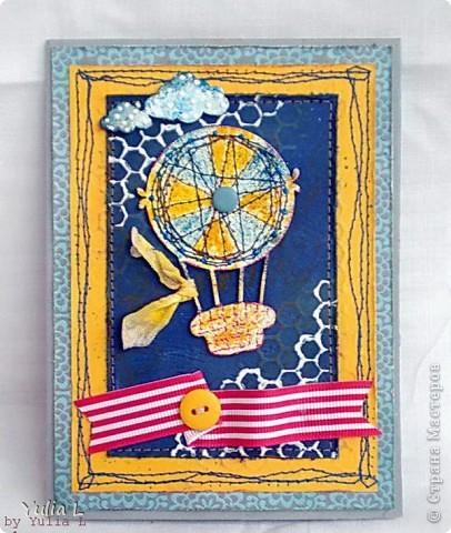 """Всем огромнейший привет! Рабочие будни, к сожалению, вносят коррективы в мои хотения и желания по части скрапа, но пытаюсь выкраивать время и хоть что-то делать.  Сегодня хочу показать вам две новые работы по одной палитре с обязательным элементом """"воздушные шары"""". Палитра-то одна,  а открытки совсем разные получились...  Первая открытка для детского дня рождения: акварельная бумага с льняной текстурой, скрап-бумага в минимальном количестве, акриловые полубусины, спиральная роза, мятая лента, штампы """"горохи"""", """"текст"""" и """"велосипед"""", много машинной строчки. Фоновые круги сделаны акриловой краской крышечками от фломастера и клея. фото 2"""