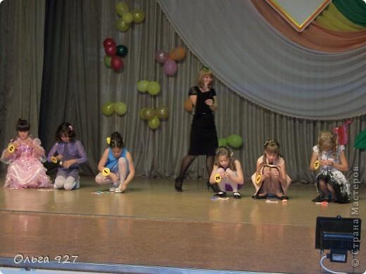 """Нежданно-негаданно мы стали участниками поселкового конкурса """"Мисс Осень 2012"""" среди 3-х школ. На подготовку было всего 3 дня! Сочинять пришлось всё на ходу, (за подготовку презентации фото очень благодарна классному руководителю), сочинять стихи, шить наряд и печь каравай - днём и ночью. Но мы всё успели и со всем справились. Первым этапом была презентация фото """"Вот такая я"""". Я сочинила комментарии к фото в стихах (что жюри не оставили без внимания) и всем очень понравилось. А потом было самое интересное - """"Дефиле"""" -  демонстрация осенних нарядов из подручного материала. Платье я сшила из плёнки чёрного цвета, украсила листьями, вырезанными из офисной бумаги и покрашенных гуашью (в качестве шаблонов использовала настоящие опавшие листья разных размеров), рябиной и настоящими колосьями пшеницы. Шляпку и пояс смастерила из сетки для оформления букетов, браслет и бусы - из рябины. Сразу хочу извиниться за качество фото - фотографии не мои. Сама я (как и все другие мамы) находилась всё время за кулисами. Выбрала лучшее из того что мне предоставили зрители. фото 8"""