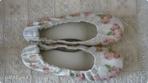 были у меня балетки белого цвета,очень удобные,но во время носки была счесана краска спереди. долго не решалась их выбрасывать,жалко было. такие они получились после переделки. теперь любуюсь,а одевать то ли жалко,то ли страшно- сама не пойму фото 1