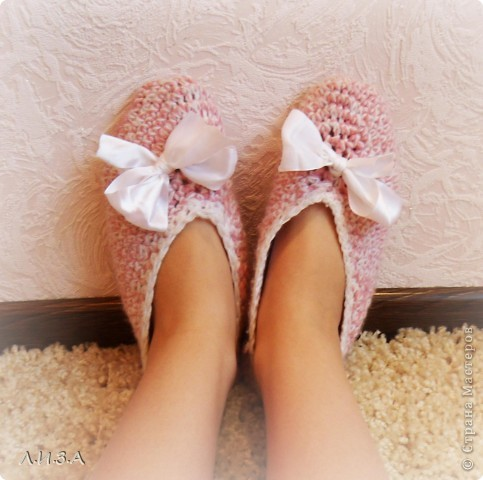 Решила порадовать свои ножки, и ножки родных теплыми тапочками-балетками. Тем более, что в Стране Мастеров есть доступные Мастер классы. Вязала все тапочки в две нити, подошву в три. Ножки отлично согревают :) Эти тапочки для бабули.  фото 6