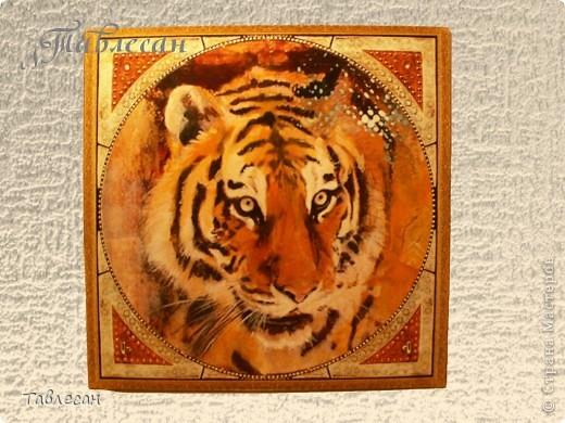 Сделала когда-то макет ключницы с тигром, но была она какая-то одинокая.. Тогда к ней для компании добавила часы и термометр. Вот ключница фото 1