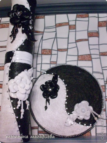 Я уже выставляла вазу черно-белую и вот в пару к ней создалось такое пано,тоже черно белое,такие же цветочки из кожи. фото 2