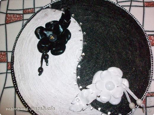 Я уже выставляла вазу черно-белую и вот в пару к ней создалось такое пано,тоже черно белое,такие же цветочки из кожи. фото 1