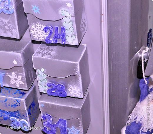 """Новый год не за горами!!!! Вот и я вспомнила как 2 года назад мастерила незатейливый Новогодний календарь для своего сынишки. Фотографий мало. Но идея понятна. Может кому-нибудь пригодиться. Просмотрев много страничек в интернете на тему """"адвент-календарь"""", поняла, что наш календарь должен обязательно быть в виде коробочек. Начала упорно думать, какие коробки можно под это """"дело"""" пристроить. Поняв, что 31 шт. одинаковых коробочек мне не найти, стала делать их сама. А за образец взяла коробку из-под чая """"Липтон"""". 31 штука была готова. Потратила я на это месяца 2. Потому что на тот момент работала до поздней ночи и времени практически на календарь не оставалось. Потом я их покрасила акриловой краской-спреем. И после того как они высохли, наклеила новогодние наклейки. На обратной стороне магнитная лента, благодаря которой коробочки крепятся к холодильнику. Цифры из голубого и синего фетра. Некоторые цифры деревянные. С тех пор 30 ноября мы достаём наш календарь и вешаем его. А 1 декабря снеговичок - почтовичок приносит нам маленькие подарочки  , чтобы  ожидание праздника было не таким томительным. Объемные подарки в виде раскрасок  или карандашей, ребёнок ищет сам по запискам-подсказкам. А мелочёвка запросто помещается в коробочку, и магнит спокойно всё это держит. Цифры также изначально все в коробках и наклеивает их сам ребёнок. Очень удобно и наглядно.   фото 1"""