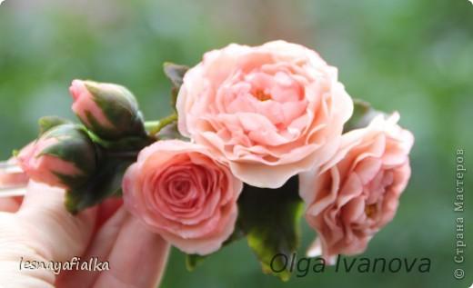 Добрый день, мастера и мастерицы. Хочу показать новую заколочку с английской розой. Мучительный цветок, пожалуй, самый сложный из всех. Переделывала трижды и все равно до конца не осталась довольна. Впрочем, я очень редко бываю довольна своей работой. Сейчас бы сделала по-другому. фото 2